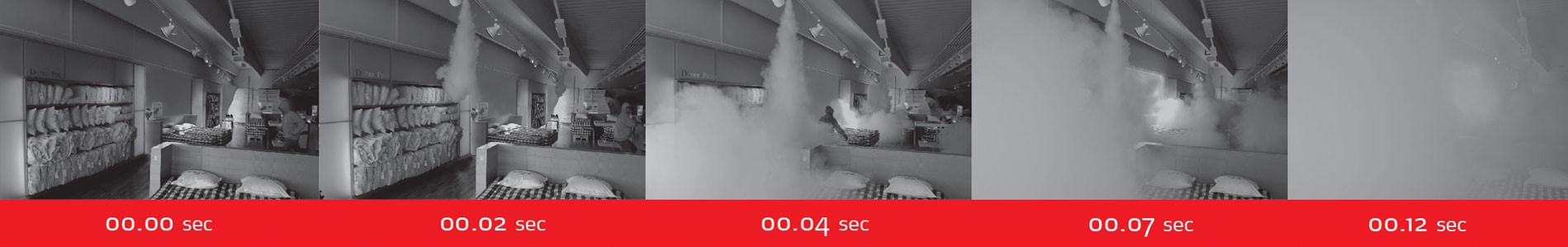 Mistgenerator in actie. De mistgenerator spuit de ruimte op 12 seconden vol met mist.